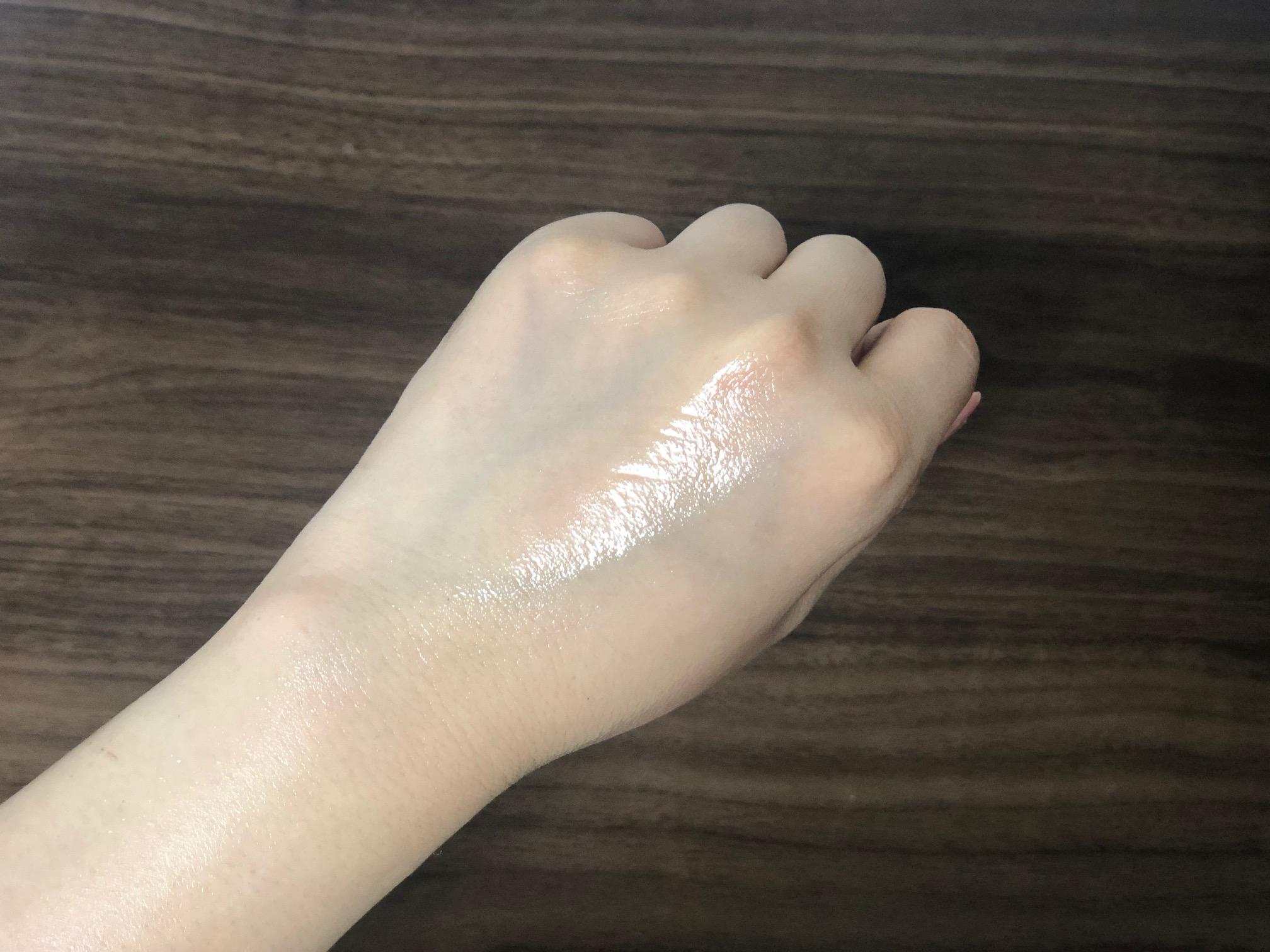 手の甲に塗る