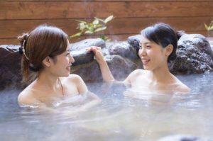 女性二人が温泉に入っている